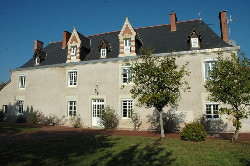 Hyper bourg, demeure du 17ème sur 2 330 m² de jardin