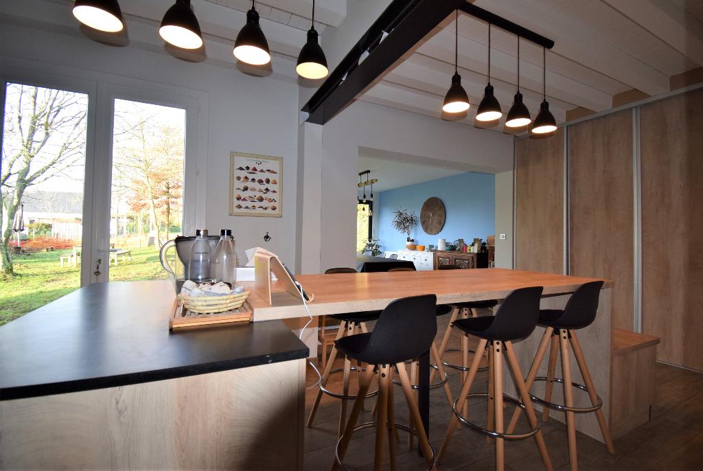 Maison 5 chambres + un bureau sur environ 1100 m² de terrain. Bourg.